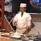 「木乃婦」高橋拓児シェフ。日本料理、とりわけ京都の料理の特徴を地理と歴史も踏まえて説明した上で、それを目前で実技に結びつける解説に聴衆は引き込まれた。