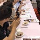 ステージで実演した料理をすぐに聴衆にサーブして試食する。このセッションでは香港の料理人、レストラン関係者が多く、試食も真剣な様子。