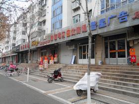 軒を連ねる小規模店。複数区画にわたって間口の広い店もある。