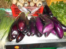 中国の野菜売場。ナスはビッグサイズ。少々のキズは気にしない。