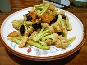 「有機菜花溜豆腐」1皿16元(約240円)。魚介類や食肉を含まない料理は格安である。