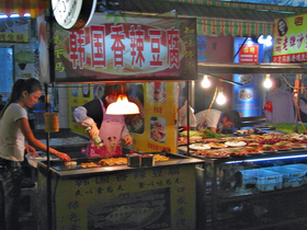小規模専門店。臭豆腐(シュードーフ)などの豆腐料理も人気だ。