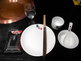 食器のひとそろいの例。この箸は先端が分離できる組み立て箸である。