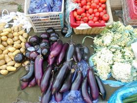 露店に並ぶ野菜類。