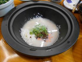 鍋の中にはスープ、米、野菜などをセットしておく。これが後で締めの雑炊となる。