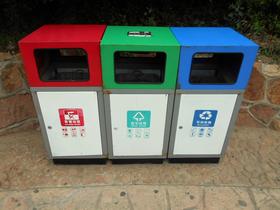 中国の街で見る分別ゴミ箱。