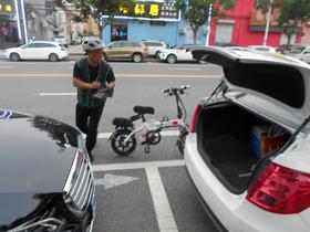 日本の運転代行は2人1組で自動車で駆けつけるが、中国の運転代行は1人で、電動バイクで駆けつける。