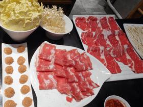 火鍋の食材。左は鳥だんご、中央が豚の薄切り、右が牛の薄切り。