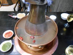煙突つき火鍋。元々は煙突部分に炭火を入れて使った。