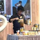 香港式ミルクティーは「ストッキング」と呼ばれる独特の茶漉し袋を使って、一度に大量に淹れる。家庭よりも飲食店で味わうものと言える。