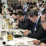香港式ミルクティーのチャンピオンを決める金茶王コンテスト。審査員は主にフードサービス関係者。1杯ごとに、見た目、香り、舌触り、味わいを詳しく見極める様子が印象的だ。