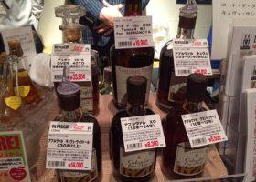 信濃屋のブースではシードルの蒸留酒カルヴァドスの40年物の試飲が注目を浴びていた。