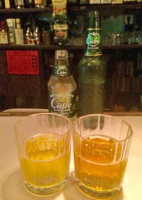キリンの瓶シードル。右(旧)と左(新)では色も異なる。新タイプではリンゴ発酵果汁が加えられ度数が少し下がっている(5%⇒4.5%)。