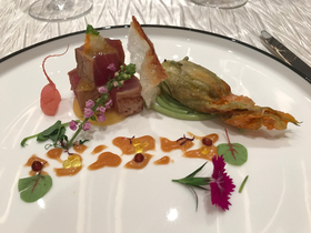 マグロのたたきと琉球四角豆スパゲティ ズッキーニの花、燻製茄子、山葵風味タピオカ、醤油煎餅添え