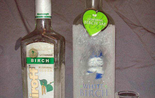 バーチ(白樺)ウォッカ飲み較べ。左がNemiroff社製「バーチ」、右がOmskvinprom蒸留所の「ホワイトバーチ」。