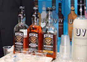 スパイスやチェリーで味付けしたウイスキーのある「STOKE」。