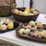 米・雑穀の種商(佐賀県鳥栖市)は、カラフルなおにぎりのサンプルを展示。これを見つけるやスマホを取り出して写真を撮る来場者が多かった。