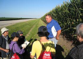 ビル・ロングさんにGM作物の有用性について話を聞く視察団(左端が筆者)。イリノイ州フランクリンのビル・ロング&ブレイル農場で。
