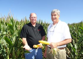 トウモロコシの生長ぶりを喜ぶデイビッド・バンデラーさん(左)とCGB社のジェームス・スティツラインさん。ミズーリ州ウェスト・アルトンのサール農場で。