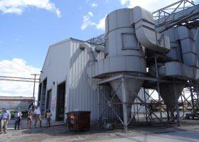 農家から集荷した穀物を乾燥・貯蔵する巨大な「カントリーエレベーター」。サイロと専用エレベーターから成る。イリノイ州ネープルのCGB社で。