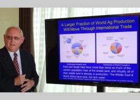「過去20年間にGM作物を食べたことによる健康被害は一例もない」と断言するイリノイ大学のロバート・トンプソン教授。セントルイス市内で。