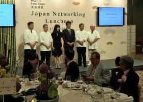 香港の代表者、要人との昼食会での撮影に臨む齋藤健農林水産大臣(中央)。向かって右隣は当日の料理監修者の一人の村田吉弘氏。