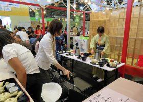 「香港インターナショナル・ティー・フェア」のジャパンパビリオンで茶道パフォーマンスの準備をするスタッフ。