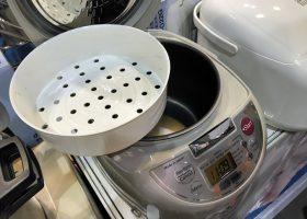 香港向けの日本製炊飯器。内釜にざる型や鍋型などの補助調理器をセットして、芋をふかしたり、炊飯時に副材料にも加熱したりという使い方ができる(併催の「第5回 香港家電・日用品展」で。タイガー製)。