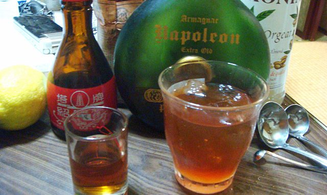 ジャパニーズ・カクテル(右)と紹興酒