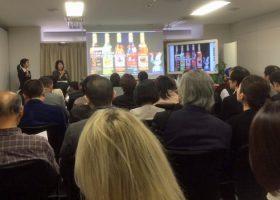 ウォッカの歴史を説明するプロムテック・ビズの遠藤洋子社長。