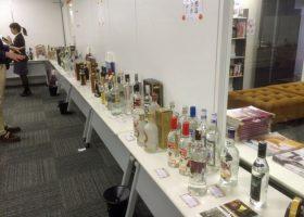 バルザム(ロシアの薬草酒)とロシア・ウォッカ111本が展示された。