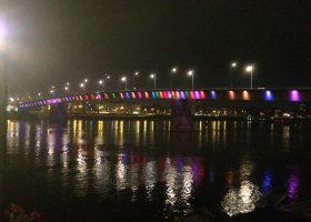 昭和の郷愁を感じさせるヴァラディン橋のライトアップに17年前のコソボ空爆の面影は残っていない。