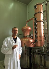 プロモント蒸留所のミレタ・マノビッチ蒸溜技師はベオグラード大学で発行を学んだエリートだ。