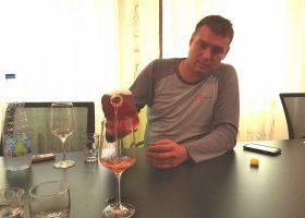 自家製ワインを勧めてくれるドネラ果樹園のヴァーシャ・ストイコビッチさん。東欧では自家消費のための個人醸造と蒸溜が認められており、日本とは様相が異なる。