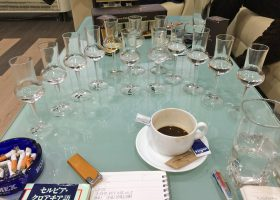日本で好まれそうなラキアの種類は、その度数は。白熱した議論にグラスがどんどん増えていく。