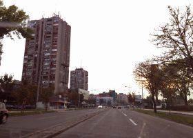日本の高層マンションはドヤ顔で建っている物が多いが、セルビアの高層アパートにはどことなく寂寞感が漂う。