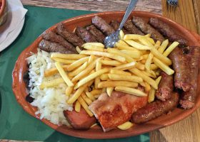 これもセルビア料理の一つ「ユーゴ風肉団子」と会話集にあった。香辛料弱めの優しい味わい。