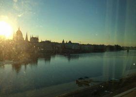 世界遺産都市ブダペストの朝。ドナウ河畔に面したホテルから望むハンガリー国会議事堂。