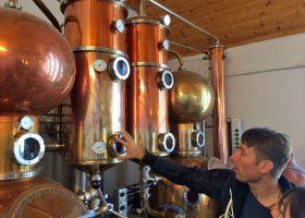 蒸留器の説明をするツィーメレシュ蒸留所のヨー・ゾルターン社長。ツィーメレシュ社の蒸溜器は220ℓの単式に4層コラムの連続式が付いたものが2基。