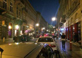 ブダペスト、夜の繁華街。