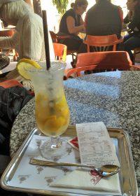 待ち合わせ場所に指定したブダペスト王宮近くのカフェ「コロナ・カベハズ」。フレッシュなレモネードは出色だった。