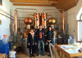 左から通訳のアンドレア嬢、ツィーメレシュ蒸溜所のヨー所長、ハンガリー農務省のエディットさん。