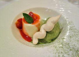 北海道産のミルクのブランマンジェ、苺のソース