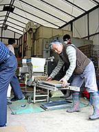 苗箱に種モミをまく作業/民間稲作研究所=栃木県