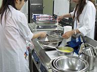 実際に調理して味を決める仕事も商品開発だが、それだけではない