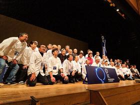 第8回世界料理学会in HAKODATE(2019年10月28日〜29日、函館市芸術ホール)の参加シェフらの記念写真。