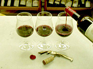 最初の1杯から順に、それぞれのグラスのワインの味の違いを確かめる