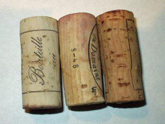 最近のワイン用コルク栓の例。左の2点は右の1点とは色合いが異なり、とくに赤ワインと接していた部分の着色のしかたに特徴がある