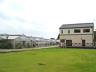EurepGAP認証を取得した木内氏の農場。右手の休憩施設も、EurepGAPが農園に設置することを推奨している
