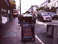 サンフランシスコで見た「NO MSG」(グルタミン酸ナトリウム不使用)の看板。現地のガイドは、「不景気になると、東洋人差別が始まる。その一環」と言っていたが、それでは日本でのうまみ調味料忌避の流行を説明できない